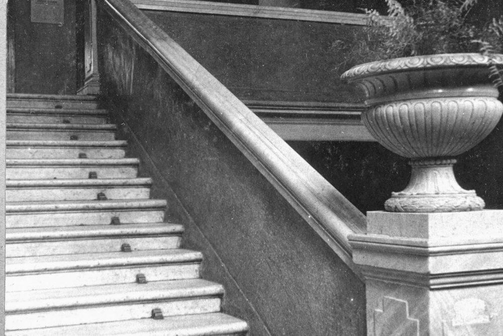 Парадная лестница из мрамора в особняке В.Г. Берга (1930-е)